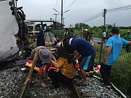 泰国一列火车与巴士相撞