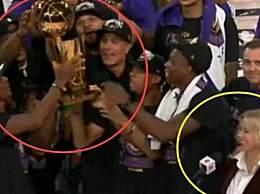 湖人捧起总冠军奖杯致敬科比 湖人时隔10年再度拿下总冠军