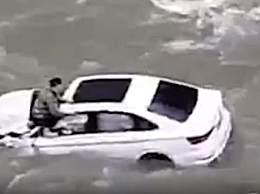 3人自驾游坠江失联现场曝光 视频显示轿车坠河后被冲走