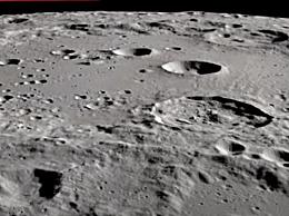 阳光照射的月球表面发现水