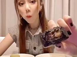 邓紫棋重阳吃月饼