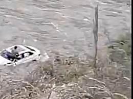 3人自驾九寨沟坠江最后画面 一名男子已爬出车窗蹲在引擎盖上方