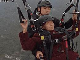 78岁老人第一次玩滑翔伞淡定自拍