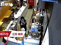 野猪窜进奶茶店吓坏女店员