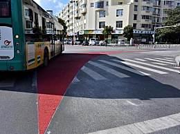 昆明现右转弯盲区红色警示带