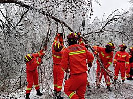 吉林遭遇罕见冰雨天气 森林消防紧急救援在行动