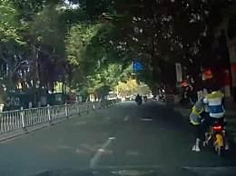 女子骑共享电动车载两孩出车祸