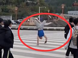 小伙倒立走路破世界纪录