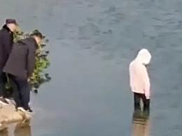 律师谈女孩在警察注视下溺亡