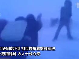 俄小学生零下50度顶暴风雪放学回家