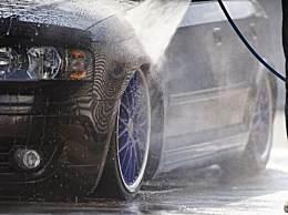 老父亲用钢丝球给儿子洗车