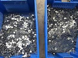 男子拖1噸硬幣到銀行存錢 這么多硬幣你見過嗎