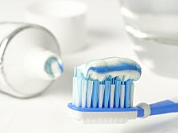 刷牙前牙膏要不要沾水