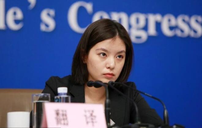 中美对话的现场翻译是她