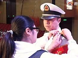 军嫂见证兵王丈夫晋升军衔时刻 致敬我们最可爱的人