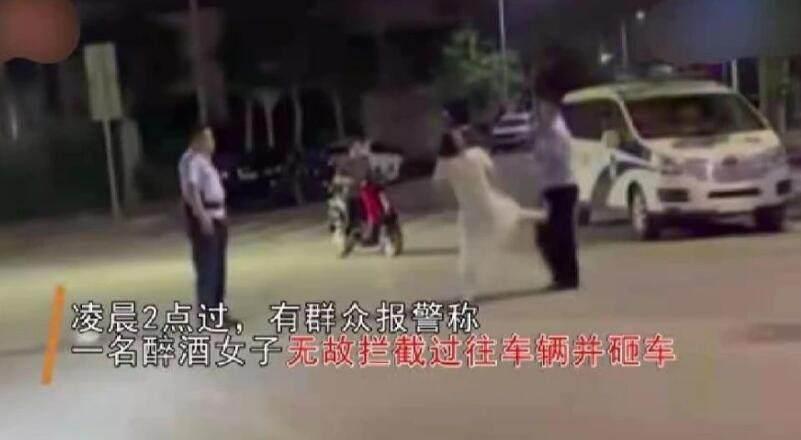 醉酒女子打骂民警被一招制服 如此嚣张令人气愤