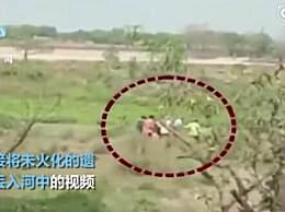 印度医护人员将遗体扔进河