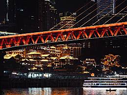 重庆洪崖洞为游客封路封桥