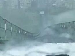 贵州一吊桥狂风中剧烈翻转