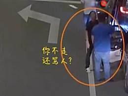 男子醉驾挡道后车提醒被吼