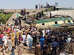 巴基斯坦火车相撞至少30人死亡