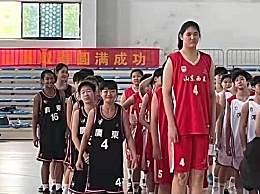 14岁女孩身高2米26独霸篮下
