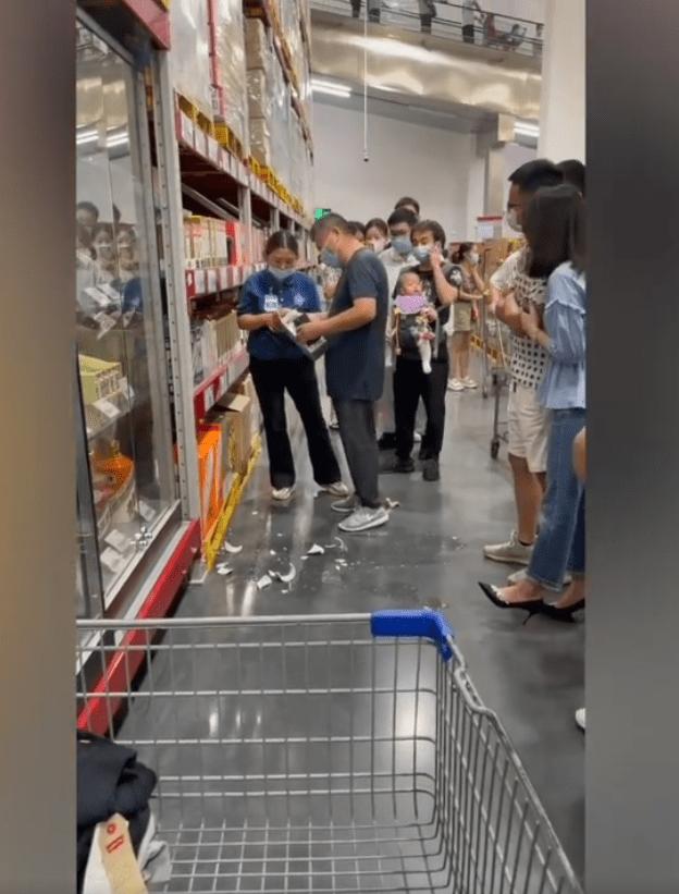 男子逛超市打碎3万元茅台 责任归谁网友意见不一吵翻天